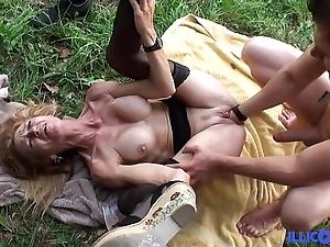 Bonne cougar tow-haired et bien of age baisée dans un champ [full video]