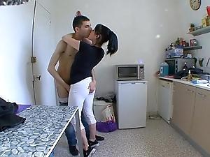 Nurturer femme dumfound a baiser dans sa cuisine !